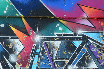 Fragment rysunków graffiti. Stara ściana ozdobiona plamami farby w stylu kultury ulicznej. Tekstura tło wielobarwny