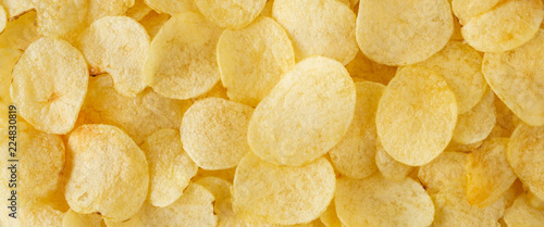 Fotografía  crispy potato chips snack texture background top view