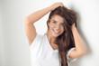 canvas print picture - Hübsche junge Frau blickt in die Kamera
