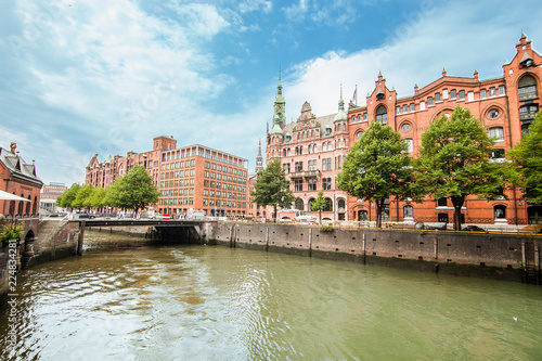 Plakat Widok dzielnicy magazynowej lub Speicherstadt lub Hafencity w Hamburgu, Niemcy, największej dzielnicy magazynowej na świecie i znajdującej się w porcie Hamburg