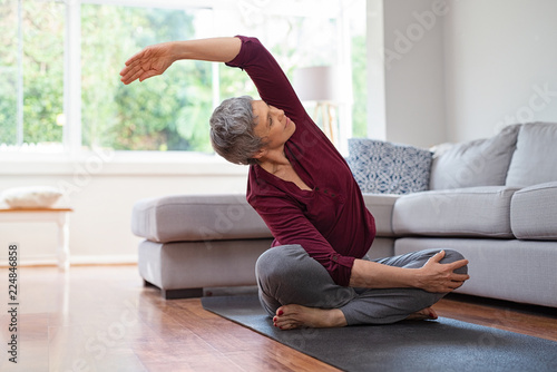 Staande foto School de yoga Mature woman in yoga pose