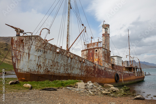 Photo Stands Shipwreck old fisher village n Antarctica