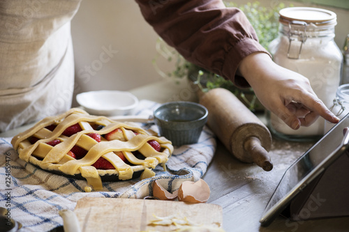 Poster de jardin Bar Homemade mixed berry pie food photography recipe idea