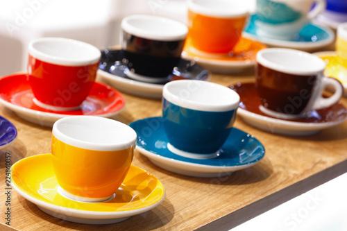 Photo  multi-colored coffee cups