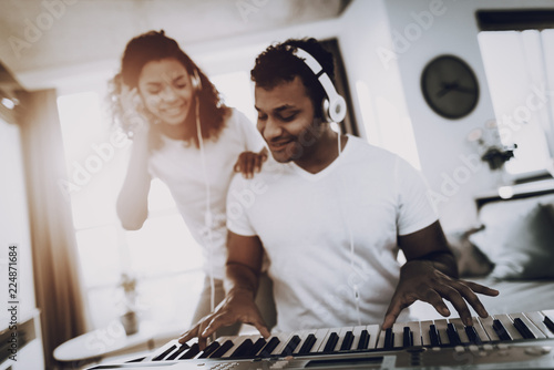 Fotografía Couple Listen With Headphones Synthesizer Playing.