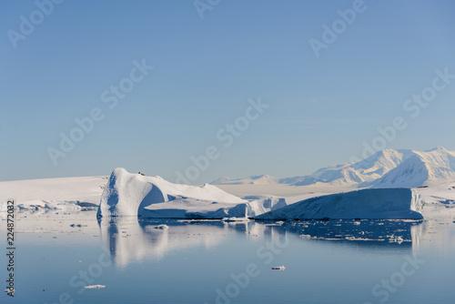 Foto op Aluminium Antarctica Antarctic landscape with iceberg