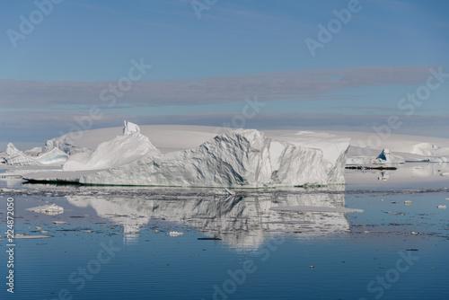 Foto op Plexiglas Antarctica Antarctic landscape with iceberg