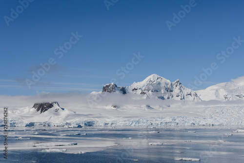In de dag Donkergrijs Antarctic landscape with mountains and reflection