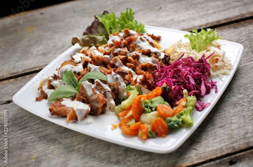 Fototapeta Kebaba danie z surówkami obraz