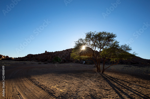 In de dag Diepbruine landscape of africa in the sunset