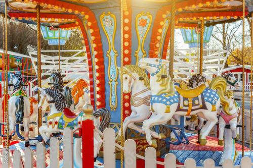 Zdjęcie XXL Dzieci plenerowi kolorowi rocznik karuzeli latający koński carousel w rozrywka wakacje parku w mieście. Przyciąganie szczegółów konie i zwierzęta z partii złoty lakier na tradycyjny karnawał retro