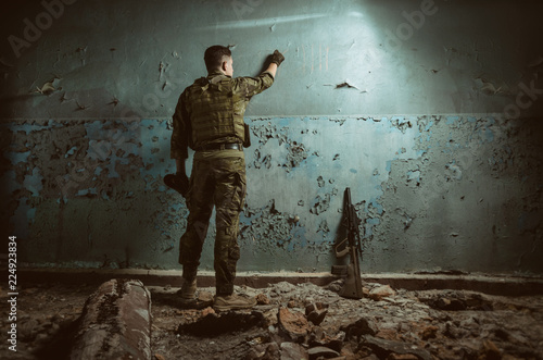 Photo  the people in uniform with weapons in the ruins