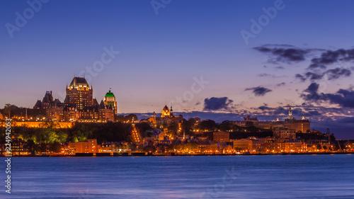 Fototapeta premium Panoramę miasta Quebec nad rzeką św. Wawrzyńca