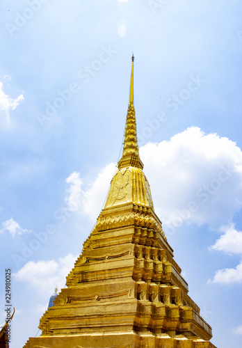 Foto  Golden Stupa in Wat Pra Kaew the Grand Palace in Thailand