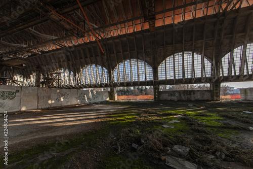 Staande foto Industrial geb. Ruderi industriali, capannone con vetrate rotte e muri con graffiti in stato di abbandono