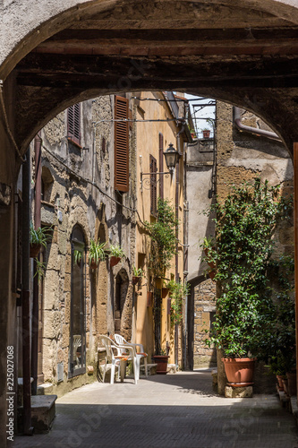Deurstickers Toscane Archway and old houses in Pitigliano, Tuscany