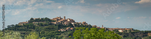 Fotografía Panoramic view of the hilltop town of Montepulciano in Tuscany, Italy