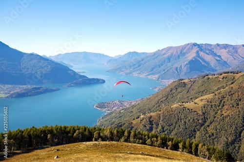 Vista aerea panoramica dell'Alto Lario con parapendio - Lago di Como (IT)