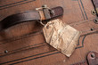 Alter Koffer mit verwittertem Gepäckschein