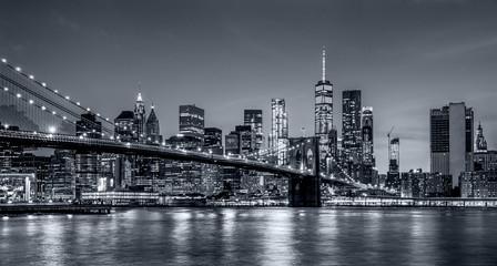 Panoramy nowy York miasto przy nocą w monochromatycznej błękitnej tonaci