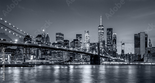 Poster Brooklyn Bridge Panorama new york city at night in monochrome blue tonality