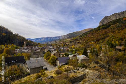 Vue panoramique sur le village Colmars les Alpes. Alpes de Haute Provence. France.