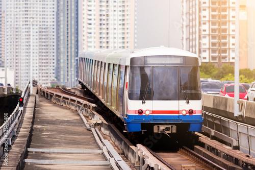 In de dag Bangkok Electric skytrain is running in downtown of Bangkok metropolitan region.