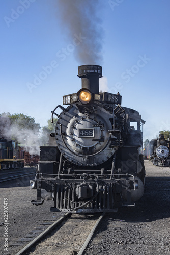 Foto  Historic Cumbres Toltec narrow-gauge train engine in Chama, New Mexico ready to