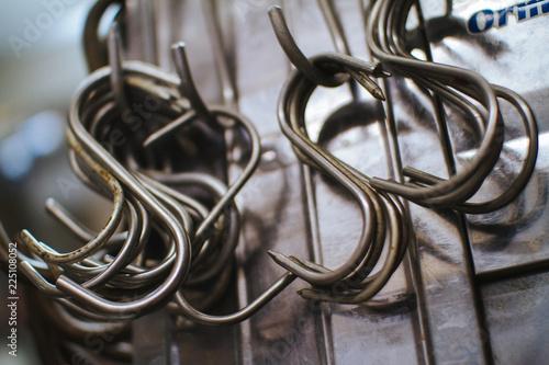 Metall-Haken zum Aufhängen von Fleisch in einer Metzgerei