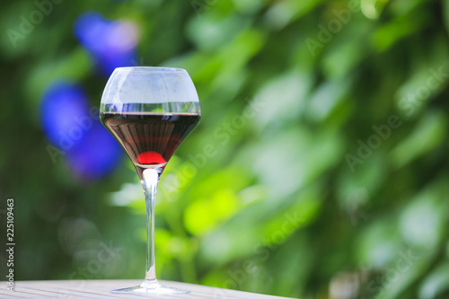 赤ワインと緑のぼかし背景