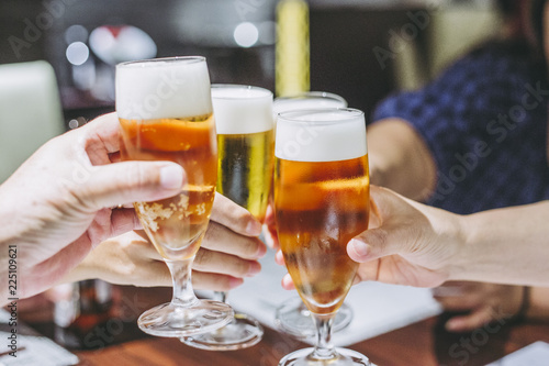 生ビールで乾杯する風景