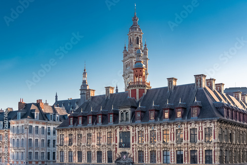 Fotografia Lille, old facades in the center, the belfry of the Chambre de Commerce in backg