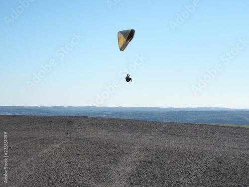 Foto op Canvas Luchtsport Gleitschirmflieger über der Bergehalde bei Ensdorf im Saarland