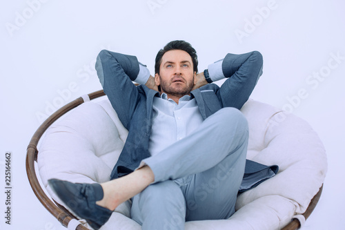Fotografía  close up.thoughtful modern man sitting in a comfortable chair