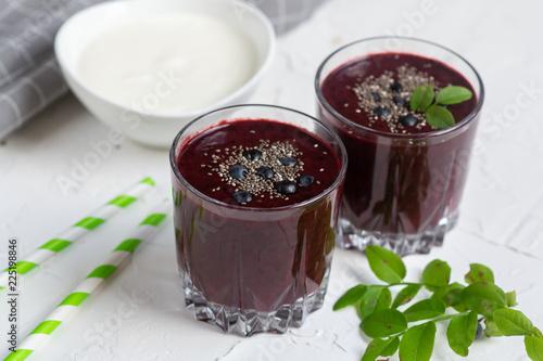 Fotografía  Delicious wild blueberry smoothie milk yogurt ice cream gray background summer d