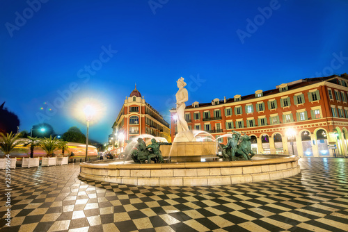 Foto auf AluDibond Bahnhof Beautiful Fountain du Soleil on Place Massena at downtown Nice, France