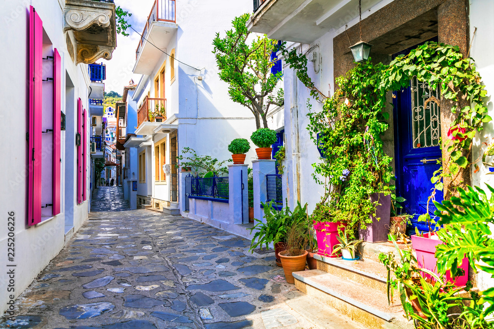 Urocze tradycyjne wąskie uliczki greckich wysp. Miasto Skopelos.