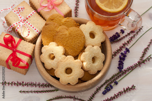 Staande foto Koekjes Wooden bowl with delicious cookies.