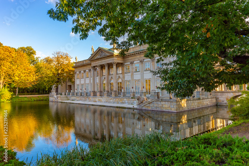 Obraz Łazienki Królewskie w Warszawie, Pałac na wodzie - fototapety do salonu