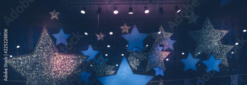 Fotografía  Vintage night shining stars shape spotlights soffits show stage performance back
