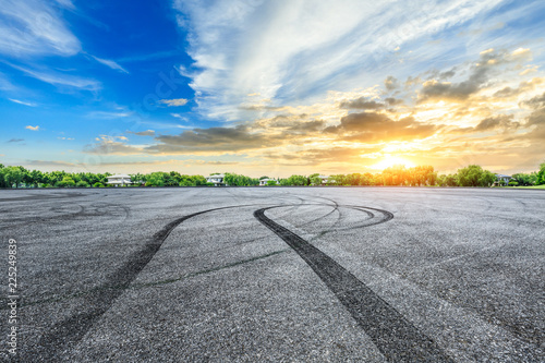 Photographie Asphalt road race track and green forest natural landscape at sunset