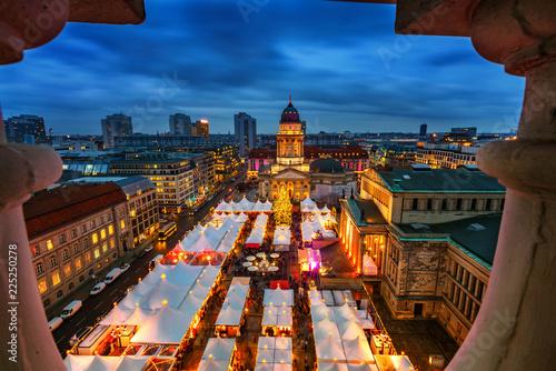 In de dag Centraal Europa Christmas market, Deutscher Dom and konzerthaus in Berlin, Germany