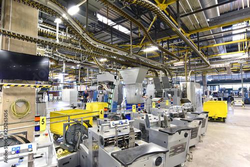 Fotografie, Obraz  moderne Maschinen in einer Großdruckerei - Interieur in einer Industrieanlage //