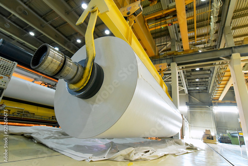 Fotografía  Herstellung von Papier in einem Werk - Papierrolle am Kran // Production of pape