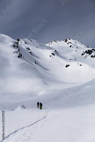 Gruppe Skitourengeher in den Alpen