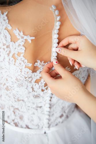 Foto  Bride's beautiful back in wedding dress