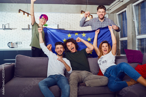 Foto  A group of friends with a European flag at a party