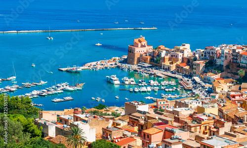 La pose en embrasure Palerme Aerial view of harbor and historic part of Castellammare del Golfo, province of Trapani, Sicily island, Italy