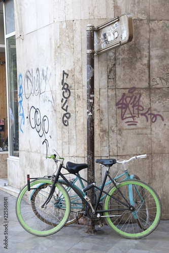 In de dag Fiets Bicicletas de paseo aparcadas en la acera