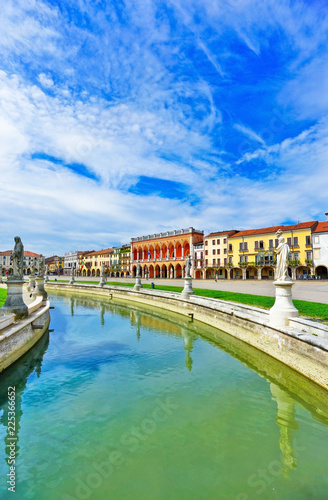In de dag Kanaal The piazza of Prato della Valle in Padua, Italy. The piazza is the biggest square in Europe with the area of 90 thousand square meters.